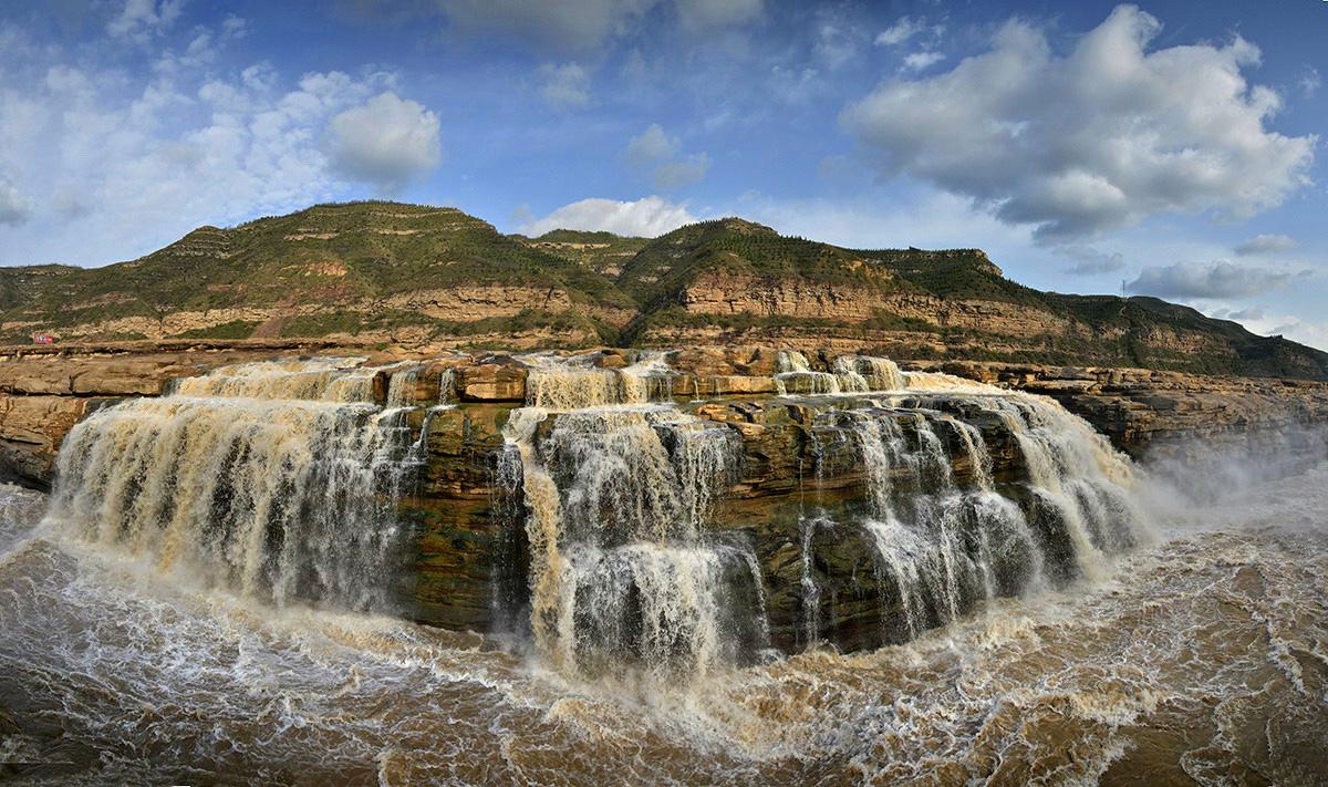 以壶口瀑布为中心的风景区,集黄河峡谷,黄土高原,古塬村寨为一体,展现