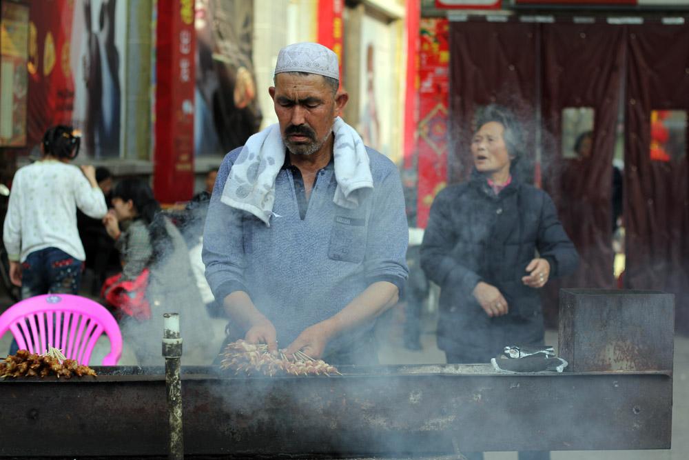 卖羊肉串的新疆大叔 - 湖北摄影站 - 数码摄影网论坛