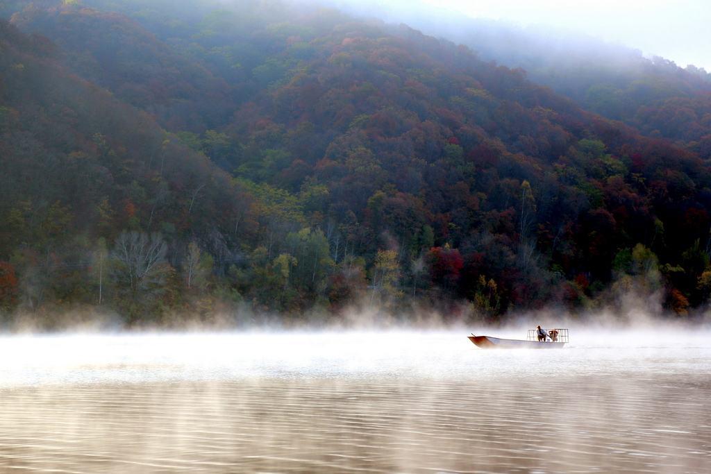 红石湖风景区位于长白山麓地处吉林省桦甸市红石砬子镇区域松花江上