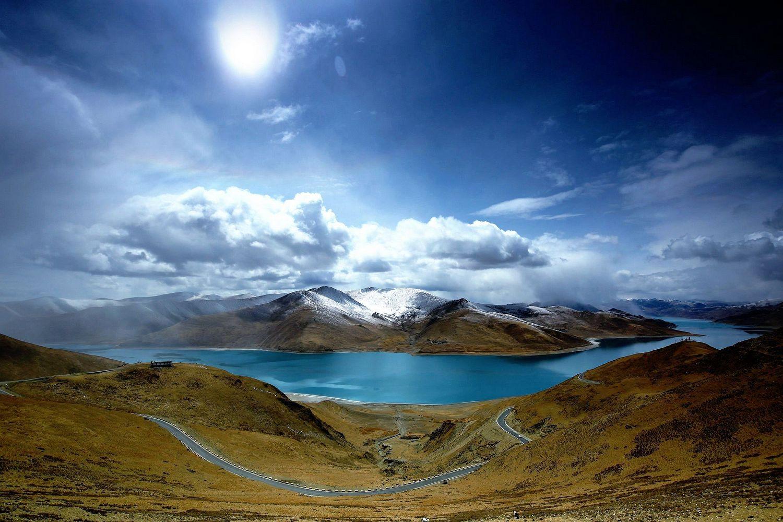 位于西藏 山南地区的 浪卡子县,拉萨西南约70公里处,与 纳木错, 玛旁