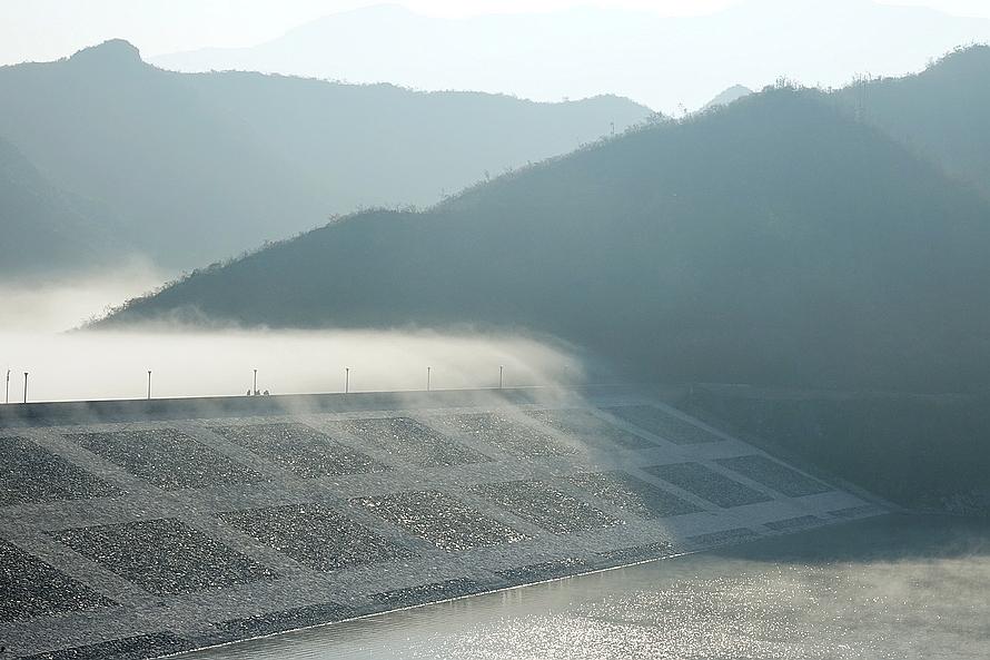 平湖起雾...