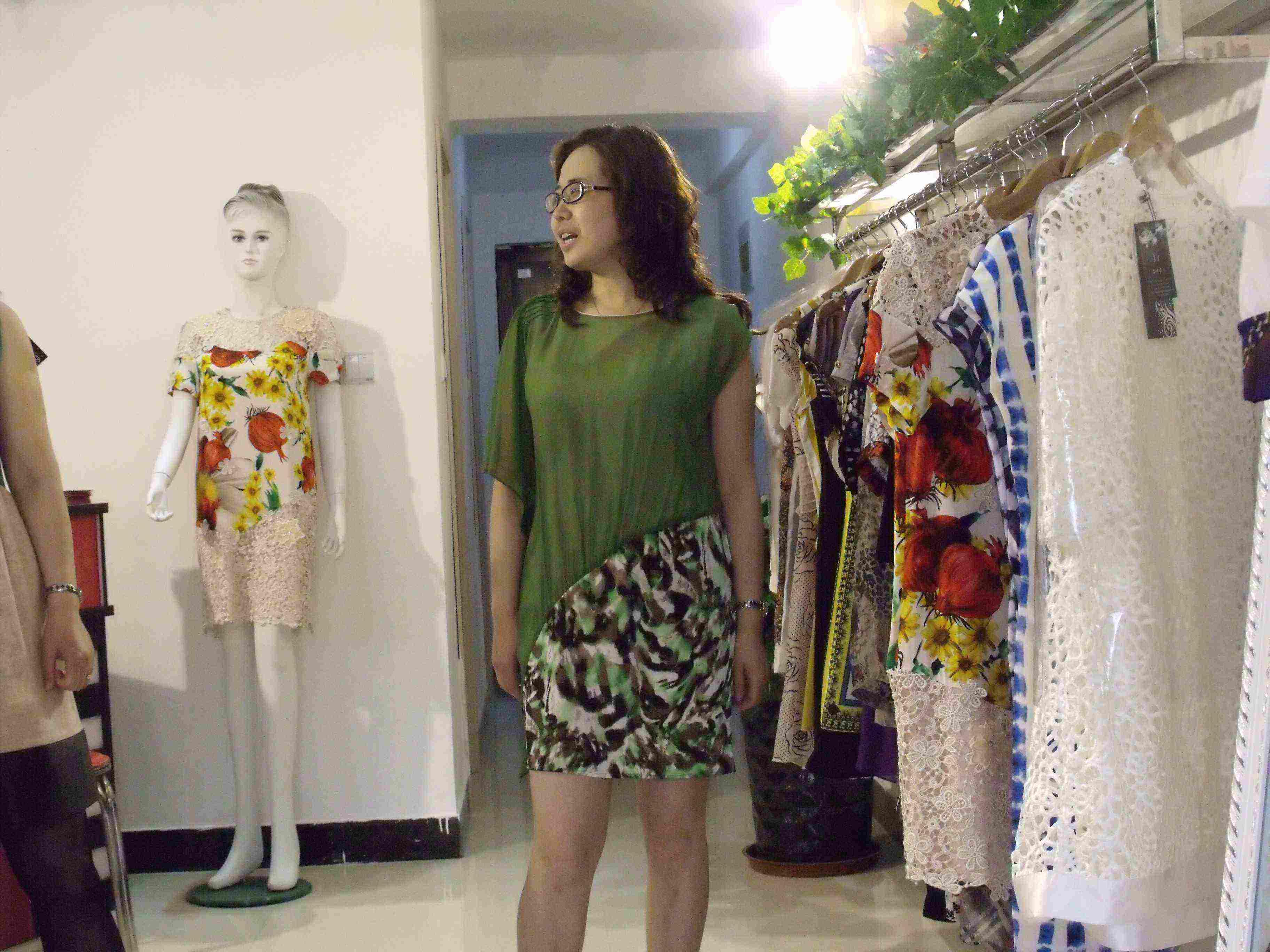 兰州东方红广场   国芳百盛商场内的时尚女性