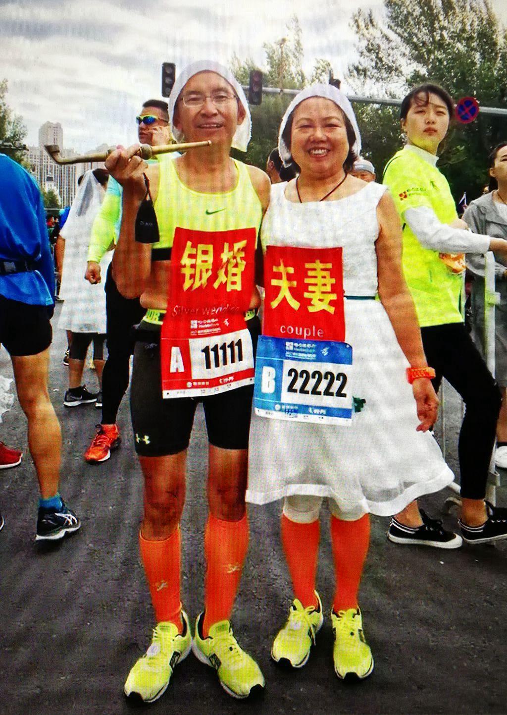 马拉松赛中的银婚夫妻
