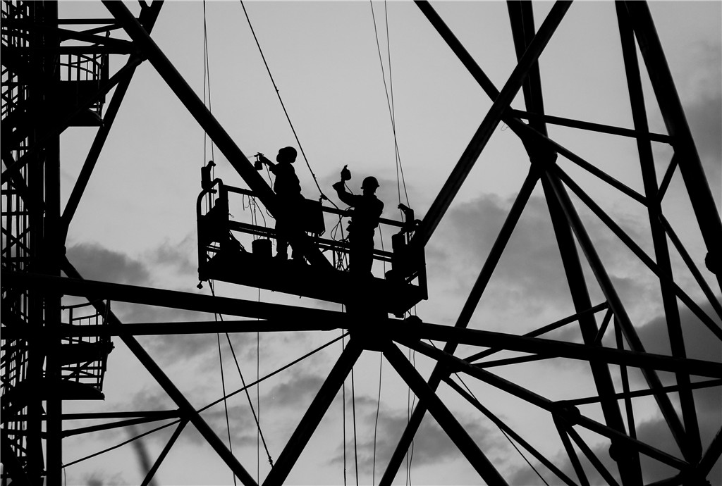 55.《铁塔的油漆工》何文龙.jpg