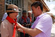 校长给他们戴上红领巾